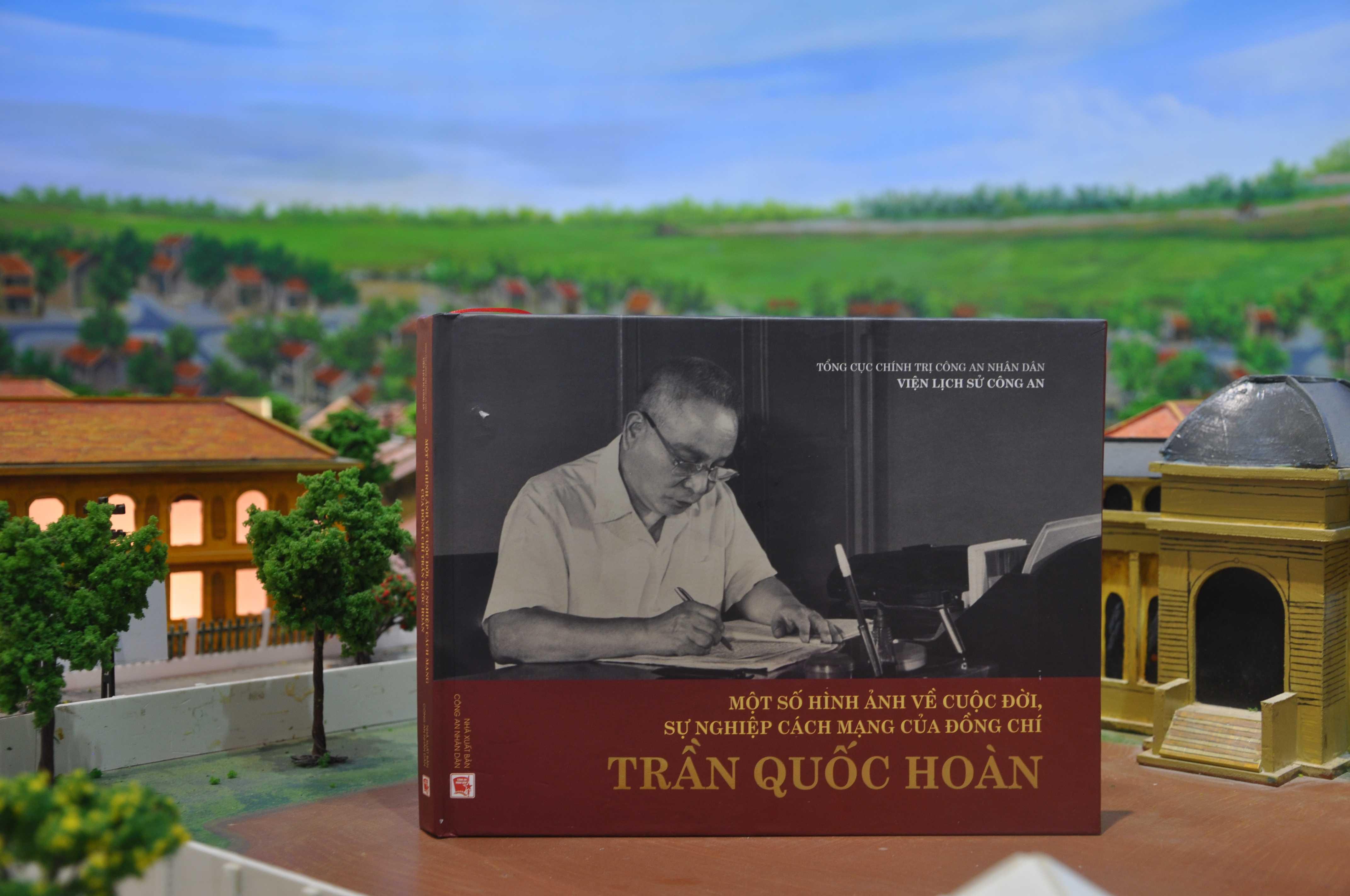 """Cuốn sách """"Một số hình ảnh về cuộc đời và sự nghiệp cách mạng của đồng chí Trần Quốc Hoàn"""""""