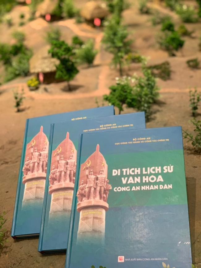 Ấn phẩm ra mắt nhân dịp Kỷ niệm 75 năm Ngày truyền thống  Công an nhân dân Việt Nam