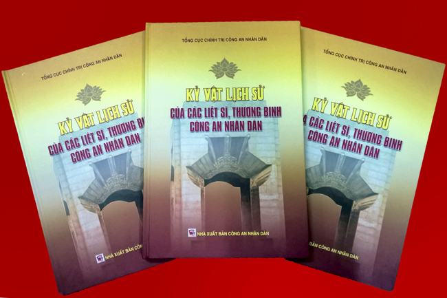 """Ra mắt cuốn sách """"Kỷ vật lịch sử của các Liệt sĩ,  Thương binh Công an nhân dân"""""""