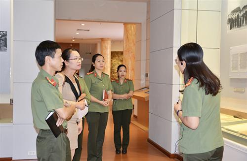 Trao đổi nghiệp vụ về công tác thuyết minh phục vụ khách tham quan quốc tế tại Bảo tàng Công an nhân dân