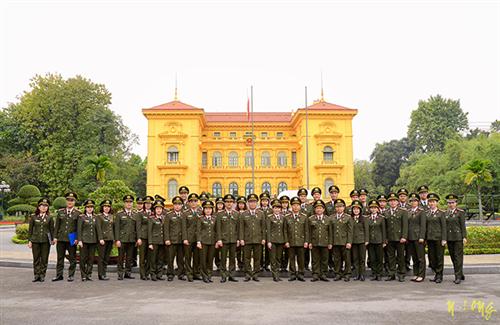Đoàn đại biểu thanh niên ưu tú Cục Công tác đảng và công tác chính trị tổ chức viếng Lăng Chủ tịch Hồ Chí Minh và gặp mặt Bộ Tư lệnh Bảo vệ Lăng Chủ tịch Hồ Chí Minh