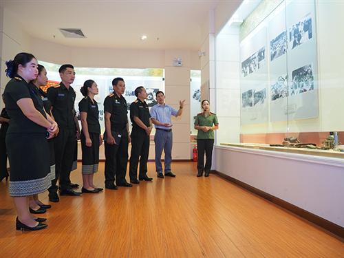 Đón đoàn cán bộ Bảo tàng Lịch sử Quân đội Nhân dân Lào tham quan, trao đổi kinh nghiệm tại Bảo tàng Công an nhân dân