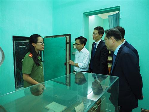 Đoàn đại biểu Cơ quan Tình báo quốc gia Hàn Quốc tham quan Bảo tàng Công an nhân dân