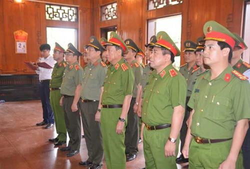 Thứ trưởng Lê Quý Vương cùng Đoàn công tác dâng hương tại khu di tích Kim Liên