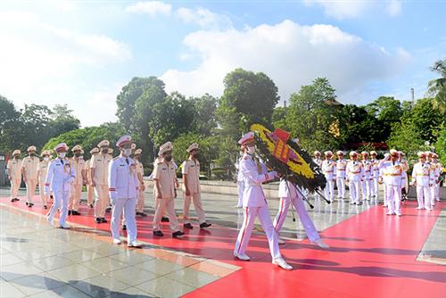 Đoàn đại biểu Đảng ủy Công an Trung ương, Bộ Công an dâng hương tưởng niệm các Anh hùng liệt sỹ và vào Lăng viếng Chủ tịch Hồ Chí Minh