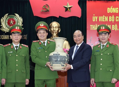 Thủ tướng Nguyễn Xuân Phúc thăm, chúc Tết một số đơn vị Công an nhân dân