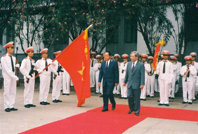 68.Đồng chí Bùi Thiện Ngộ, Bộtrưởng Bộ Nội vụ Việt Nam và đồng chí Asanglaoly Bộ trưởng Bộ Nội vụ Lào duyệt đội danh dự Công an nhân dân Việt Nam, tháng 8.1995
