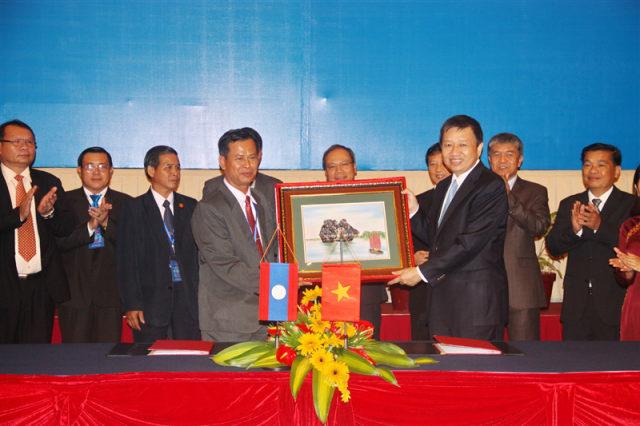 76.Đồng chí Trung tướng Tô Lâm, Thứ trưởng Bộ Công an trao quà lưu niệm cho Bộ An ninh Lào, ngày 17.5.2012