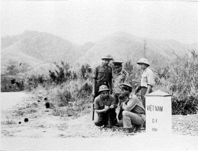 102.Các chiến sỹ Công an nhân dân vũ trang đồn cửa khẩu Tây Trang, Việt Nam trao đổi công tác với các chiến sỹ An ninh cửa khẩu Lào, năm 1981