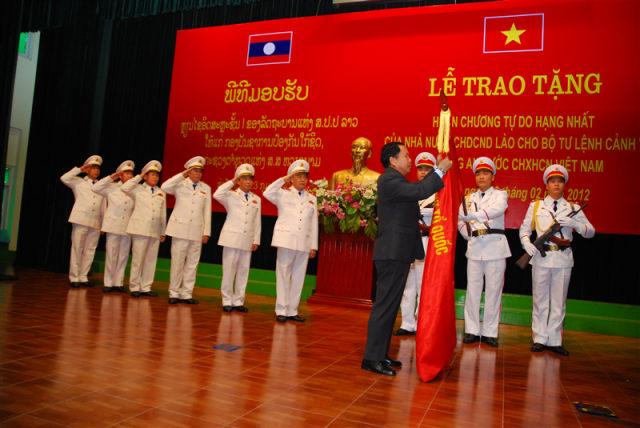 157.Lễ trao tạng Huân chương tự do hạng Nhất do nhà nước CHDCND Lào cho Bộ Tư lệnh Cảnh sát, Bộ Công an Việt Nam, tháng 2.2012.