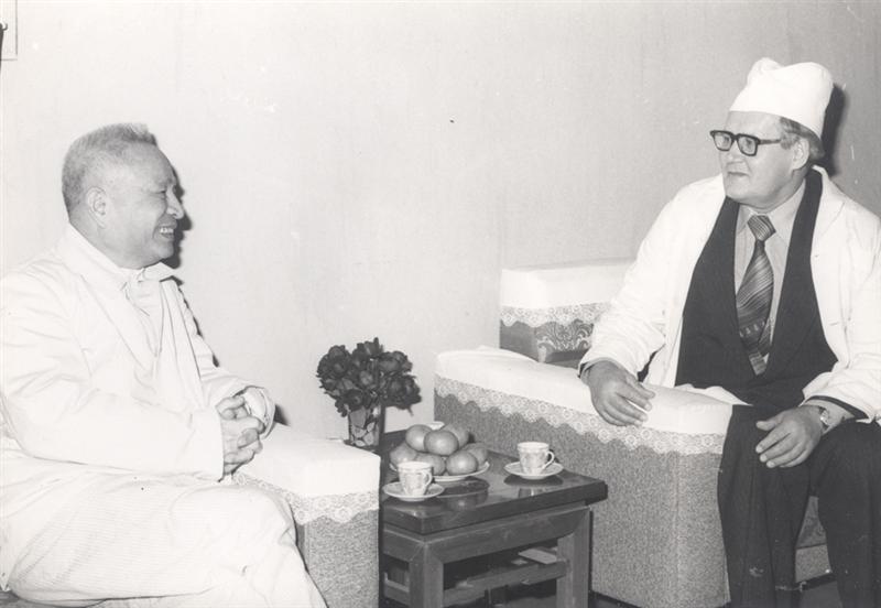 22.Đồng chí Trần Quốc Hoàn tiếp Tùy viên An ninh của Đại sứ quán Liên Xô tại Việt Nam đến thăm và chúc mừng sinh nhật lần thứ 64 (2311916 – 2311980) trong dịp đồng chí chữa bệnh tại Bệnh viện Trung ương Quân
