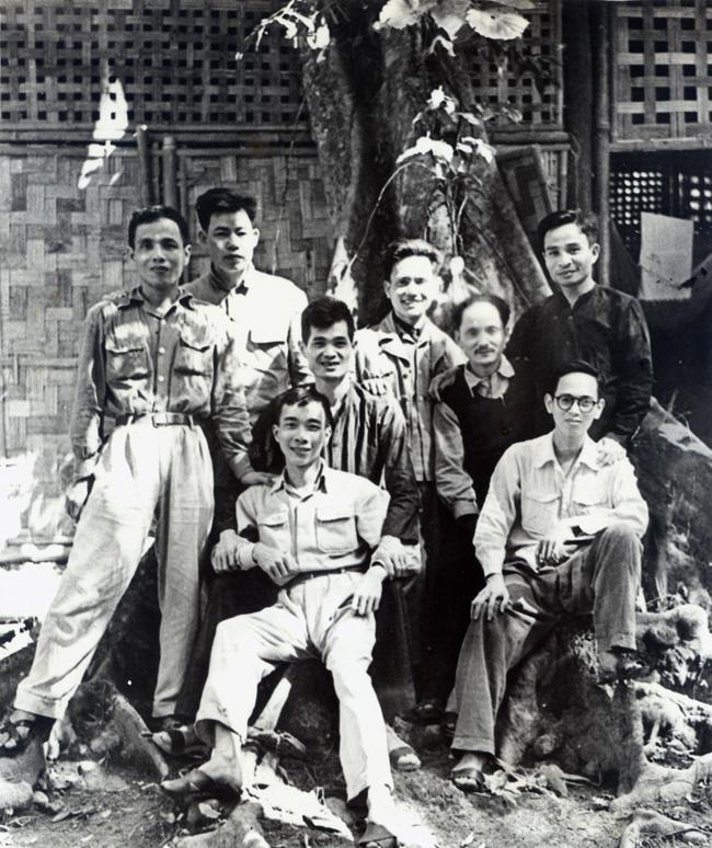 44.Đồng chí Trần Quốc Hoàn, Bí thư Đặc Khu ủy Hà Nội (hàng đứng, ngoài cùng bên phải) cùng các đồng chí Hoàng Quốc Việt, Lê Văn Lương, Nguyễn Duy Trinh và các đồng chí lãnh đạo tại Việt Bắc năm 1949