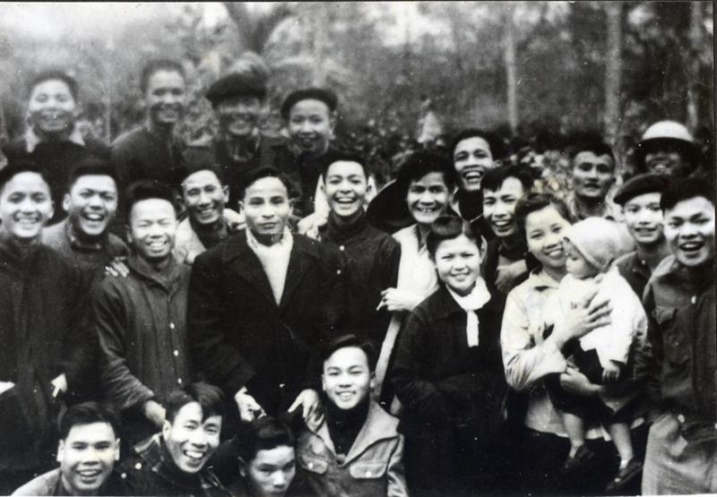 45.Đồng chí Trần Quốc Hoàn, Bí thư Đặc Khu ủy Hà Nội (giữa, hàng đứng) cùng với cán bộ Văn phòng Đặc Khu ủy Hà Nội năm 1949