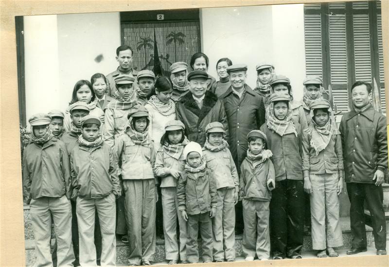 142. Bộ trưởng Trần Quốc Hoàn và Thứ trưởng Viễn Chí, Trưởng đoàn chuyên gia Bộ Nội vụ Việt Nam tại Campuchia chụp ảnh lưu niệm với các cháu lưu học sinh Campuchia đang học tập tại Việt Nam nhân dịp tết Canh