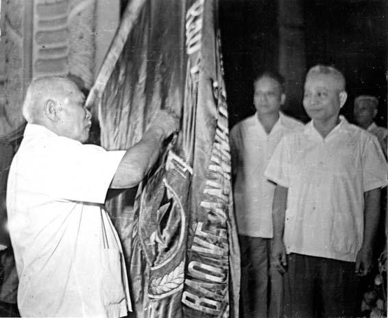 a3.Đồng chí Trần Quốc Hoàn, Uỷ viên Bộ Chính trị, Bộ trưởng Bộ Nội vụ tại lễ gắn Huân chương Hồ Chí Minh cho lực lượng Công an nhân dân nhân kỷ niệm 30 năm Ngày thành lập