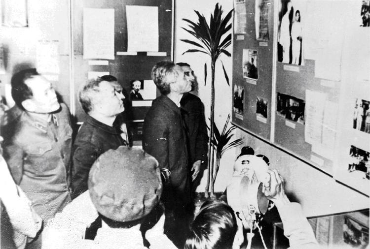 10.Đồng chí Phạm Văn Đồng, Thủ tướng Chính phủ tham quan triển lãm tại Hội nghị Công an toàn quốc lần thứ 24, ngày 14.12.1969