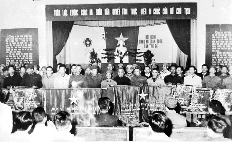 10b.Lãnh đạo Bộ Công an chụp ảnh lưu niệm với các đơn vị được nhận Cờ và Bằng khen của Bộ Công an về thành tích xuất sắc năm 1969 của toàn lực lượng tại Hội nghị Công an toàn quốc lần thứ 24, ngày 14.12.1969