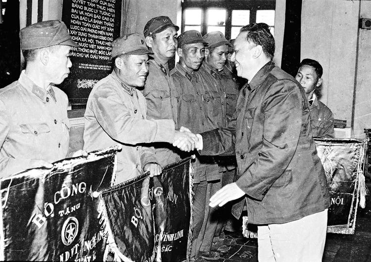 12.Đồng chí Lê Quốc Thân, Thứ trưởng Bộ Công an trao Cờ thi đua của Bộ cho các đơn vị Công an nhân dân vũ trang đạt thành tích xuất sắc năm 1971 tại Hội nghị Công an toàn quốc lần thứ 26, ngày 25.12.1971