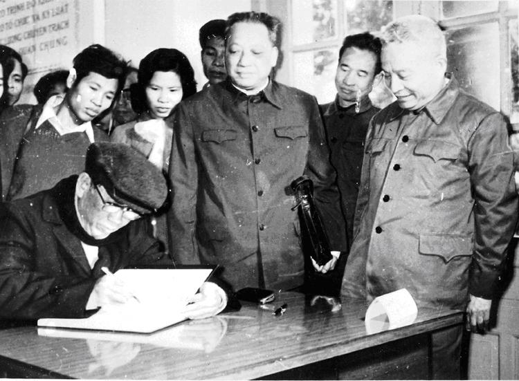 16.Đồng chí Lê Duẩn, Bí thư Thứ nhất Ban Chấp hành Trung ương Đảng ghi cảm tưởng vào Sổ vàng truyền thống của Bảo tàng Công an nhân dân tại Hội nghị Công an toàn quốc lần thứ 30, ngày 03.1.1976