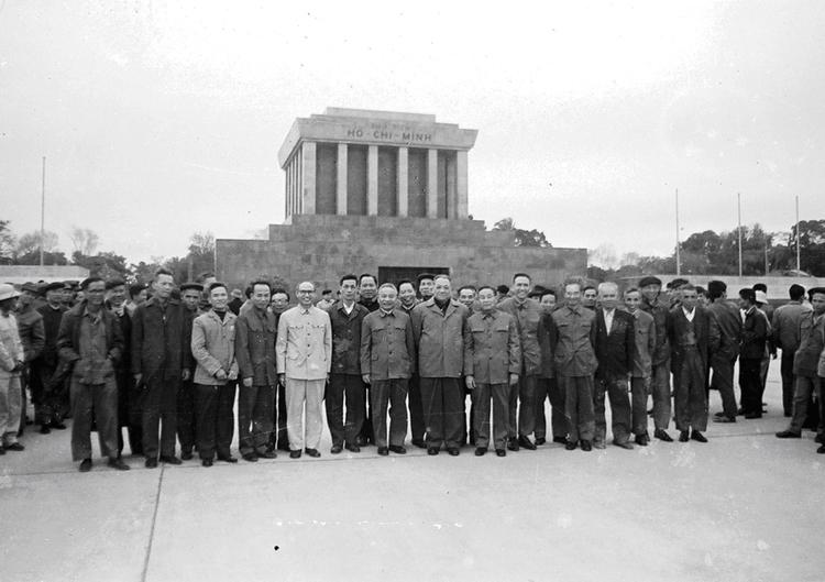 18.Đại biểu dự Hội nghị Công an toàn quốc lần thứ 31 chụp ảnh lưu niệm trước Lăng Chủ tịch Hồ Chí Minh, ngày 29.12.1976