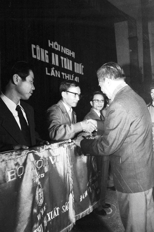 29.Đồng chí Viễn Chi, Thứ trưởng Bộ Nội vụ (nay là Bộ Công an) trao cờ Đơn vị thi đua suất sắc năm 1985 của Bộ Nội vụ cho Cục Công tác Chính trị tại Hội nghị Công an toàn quốc lần thứ 41, ngày 18.2.1986