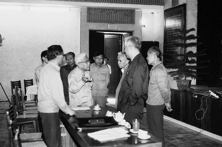 30.Đồng chí Phạm Hùng, Phó Chủ tịch Hội đồng Bộ trưởng kiêm Bộ trưởng Bộ Nội vụ (nay là Bộ Công an) trao đổi với các đồng chí lãnh đạo Bộ tại Hội nghị Công an toàn quốc lần thứ 42, ngày 11.02.1987