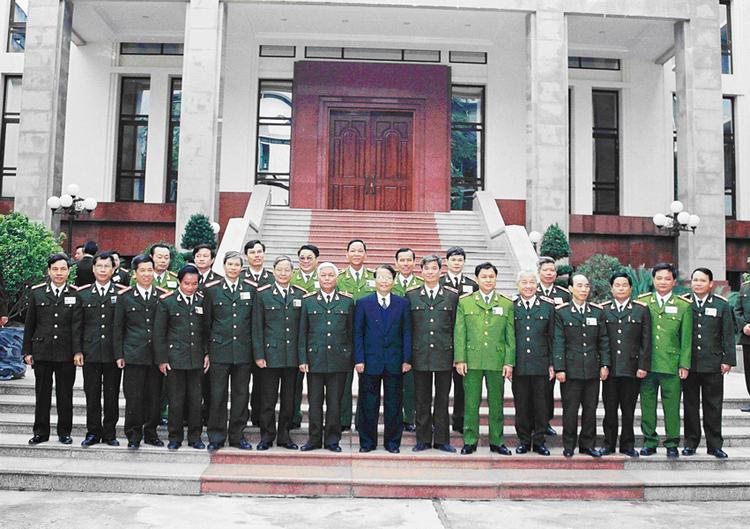 40.Chủ tịch nước Trần Đức Lương với các đại biểu Tổng cục III dự Hội nghị Công an toàn quốc lần thứ 56, ngày 14.12.2000