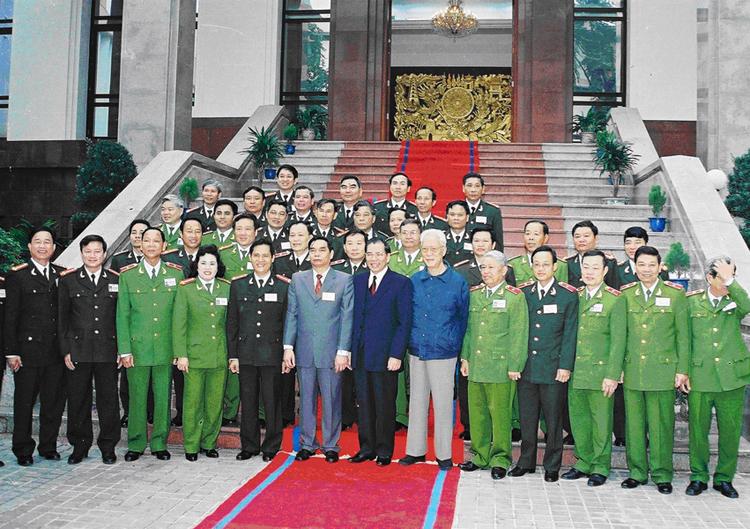 42.Tổng Bí thư Nông Đức Mạnh với đại biểu dự Hội nghị Công an toàn quốc lần thứ 58, ngày 25.12.2002