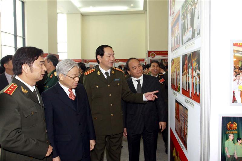 48.Các đồng chí lãnh đạo Đảng, Nhà nước và lãnh đạo Bộ Công an chụp ảnh lưu niệm tại Hội nghị Công an toàn quốc lần thứ 65, ngày 17.12.2009