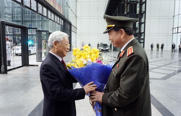 52. Tổng Bí thư Nguyễn Phú Trọng đón nhận bó hoa tươi thắm từ Bộ trưởng Tô Lâm tại Hội Nghị Công an toàn quốc lần thứ 72 năm 2016