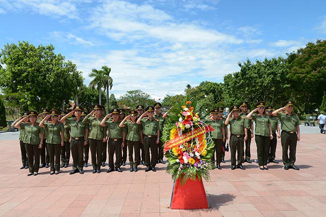 Cục Công tác đảng và công tác chính trị thăm viếng mộ Đại tướng Võ Nguyên Giáp và viếng các Anh hùng liệt sĩ tại nghĩa trang Trường Sơn
