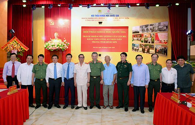 Bộ trưởng Tô Lâm với các đại biểu tham dự Hội thảo