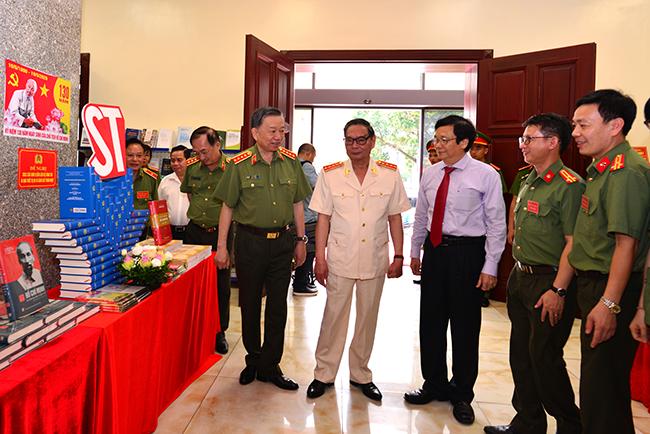 Các đồng chí đại biểu tham dự Hội thảo thăm quan gian trưng bày sách