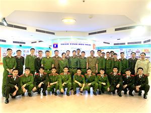"""Học viên Công an nước Cộng hoà Dân chủ nhân dân Lào đang theo học tại trường Đại học Phòng cháy chữa cháy tham quan triển lãm """"Công an nhân dân Lào - Việt Nam - Thắm tình hữu nghị"""""""